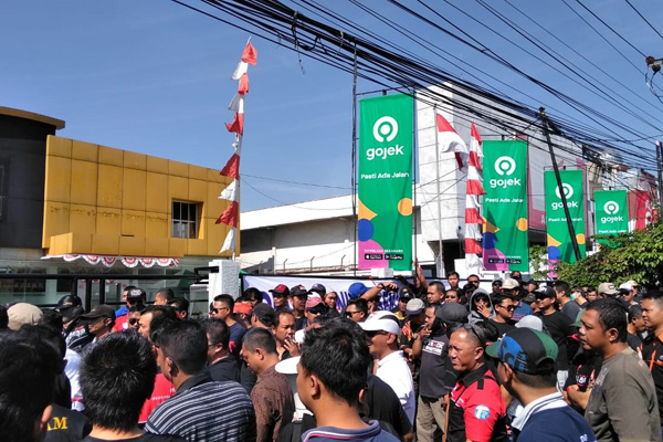 Ratusan driver Gocar berdemo di depan kantor Gojek Semarang pada Rabu 7 Agustus 2019. - Bisnis/ Alif Nazzala Rizqi