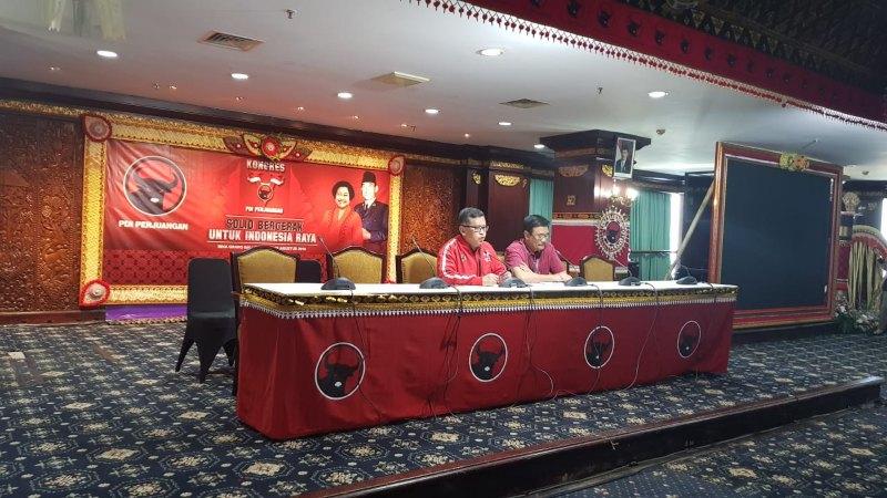 Sekretaris Jenderal PDI Perjuangan (PDIP) Hasto Kristiyanto dan Ketua SC Kongres Nasional V PDIP Djarot Saiful Hidayat memberikan keterangan dalam konferensi pers di Hotel Grand Inna Bali Beach, Denpasar, Rabu (7/8/2019). - Bisnis/Lalu Rahadian