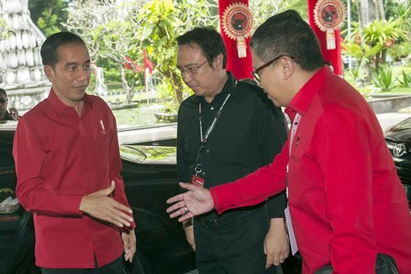 Ilustrasi-Presiden Joko Widodo (kiri) disambut oleh Sekjen DPP PDIP Hasto Kristiyanto (kanan) dan Panitia Pengarah Rakernas PDIP Prananda Prabowo saat pembukaan Rakernas III PDIP di Sanur, Bali, Jumat (23/2/2018). - ANTARA/Nyoman Budhiana