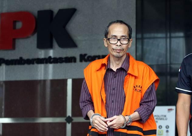Tersangka Kepala Kantor Kemenag Kabupaten Gresik, Muhammad Muafaq Wirahadi usai menjalani pemeriksaan perdana pascaterjaring operasi tangkap tangan (OTT) di Gedung KPK, Jakarta, Kamis (21/3/2019). - ANTARA/Reno Esnir