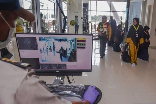 Alat pemindai panas tubuh untuk memantau penumpang dari Singapura yang berpotensi terjangkit virus cacar monyet (monkeypox). - Antara