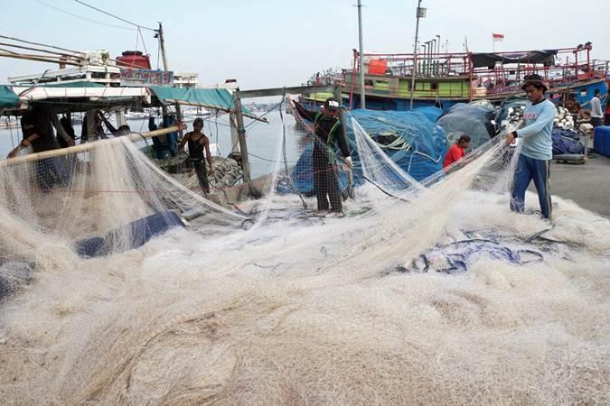 Nelayan melakukan aktivitas di Pelabuhan Muara Angke, Jakarta, Selasa (11/6/2019). - Bisnis/Himawan L. Nugraha