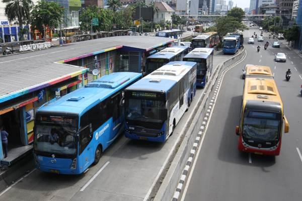 Armada bus Transjakarta melintasi halte Harmoni Central Busway di Jakarta, Kamis (21/6/2018). - JIBI/Dedi Gunawan