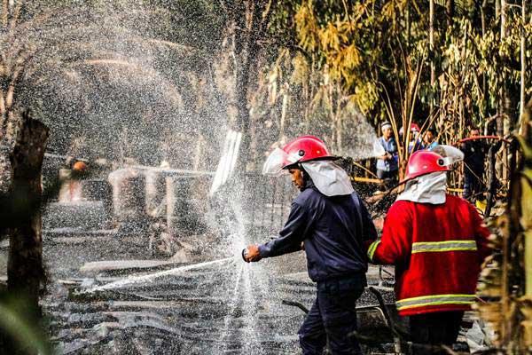 Petugas pemadam kebakaran melakukan pendinginan area ledakan sumur minyak ilegal pasca-api padam di Desa Pasir Putih, Rantau Pereulak, Aceh Timur, Aceh, Kamis (26/4/2018). - Antara/Rahmad