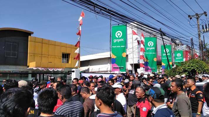 Mitra Driver Gojek saat berunjuk rasa di Kantor Gojek Semarang - Bisnis/Alif Nazzala Rizqi