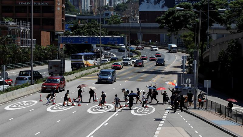 Pengunjuk rasa memblokir jalan di Cross-Harbour Tunnel, Hong Kong, China, Senin (5/8/2019). - Reuters/Eloisa Lopez
