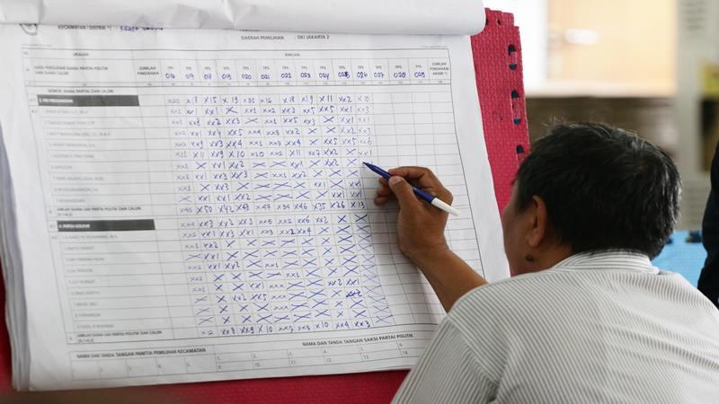 Petugas Panitia Pemilihan Kecamatan (PPK) melakukan rekapitulasi surat suara. - Antara