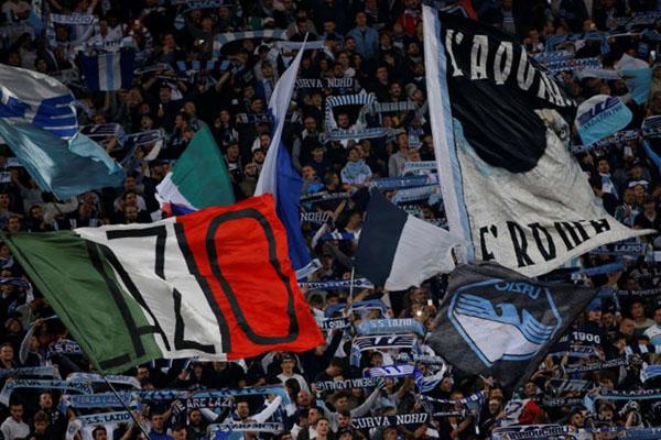 Suporter Lazio - Reuters/Ciro de Luca
