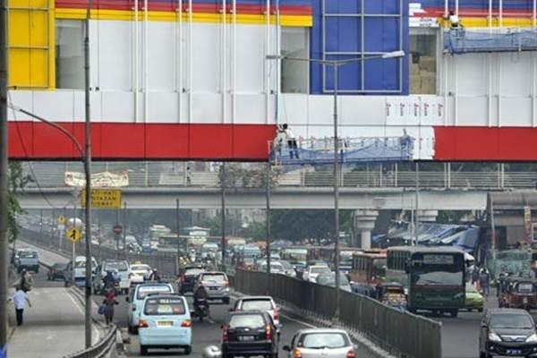Sejumlah pekerja menyelesaikan pembangunan jembatan yang menghubungkan Pusat Grosir Senen Jaya-Plaza Atrium Senen di kawasan Senen, jakarta Pusat - Antara