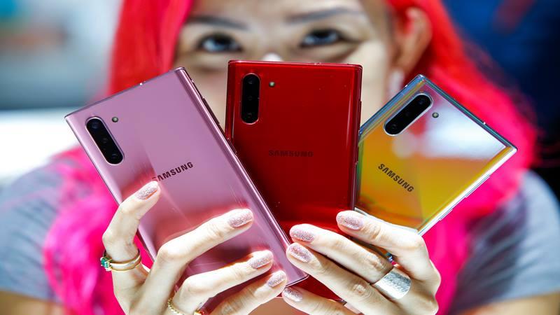 Seorang wanita memegang berbagai model Samsung Galaxy Note 10 yang berwarna saat peluncuran Galaxy Note 10 di Barclays Center di Brooklyn, New York, AS, 7 Agustus 2019. - Reuters