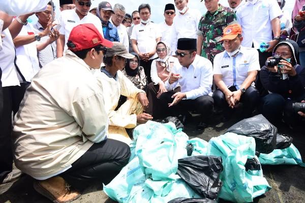 Ridwan Kamil berdialog dengan warga terdampak tumpahan minyak Pertamina di Karawang - Istimewa