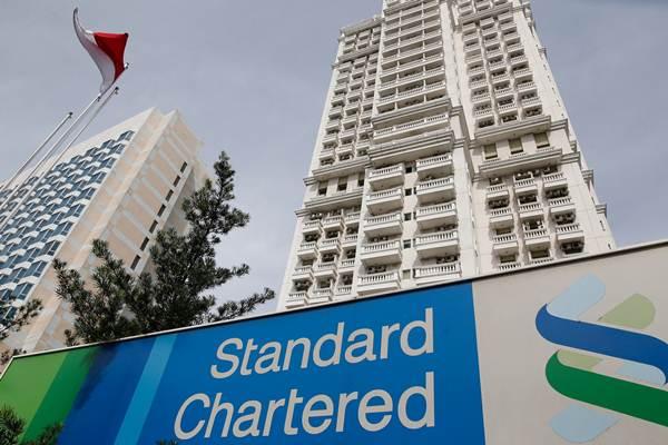 Papan nama Standard Chartered terpasang di depan sebuah gedung, di Jakarta. - Reuters/Darren Whiteside