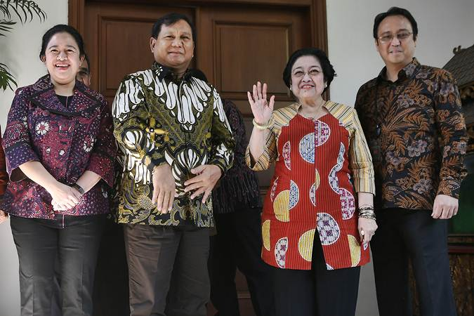 Ketua Umum PDI Perjuangan Megawati Soekarnoputri (kedua kanan) didampingi Puan Maharani (kiri) dan Prananda Prabowo (kanan) menerima Ketua Umum Partai Gerindra Prabowo Subianto (tengah) di kediaman Jalan Teuku Umar, Jakarta, Rabu (24/7 - 2019).ANTARA/Puspa Perwitasari