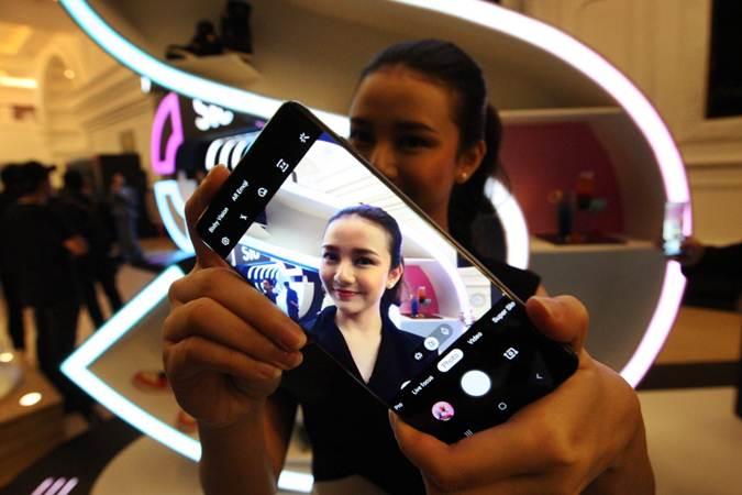 Model memperlihatkan smartphone premium terbaru Galaxy S10 saat diluncurkan di Jakarta, Rabu (6/3/2019). - Bisnis/Dedi Gunawan