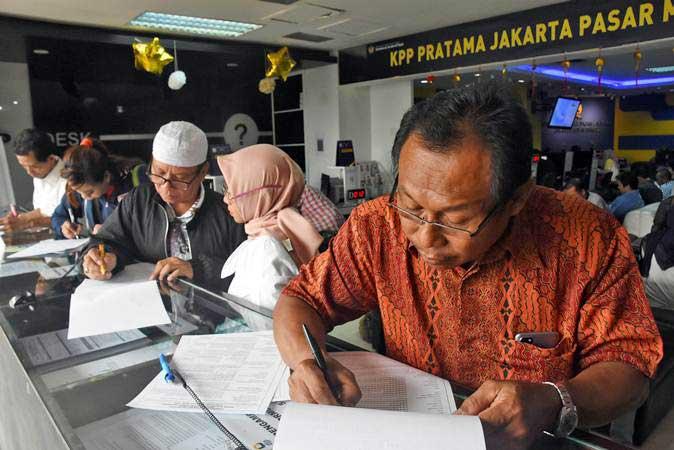 Sejumlah wajib pajak mengisi form pelaporan SPT Pajak Tahunan dan pembuatan NPWP di Kantor KPP Pratama Pasar Minggu, Jakarta Selatan, Jum'at (22/2/2019). - ANTARA/Indrianto Eko Suwarso