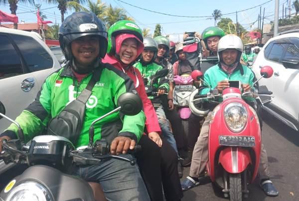 Wali Kota Surabaya Tri Rismaharini datang ke lokasi Kongres Nasional V PDIP menggunakan ojek daring, Kamis (8/8/2019). - Istimewa/Humas PDIP