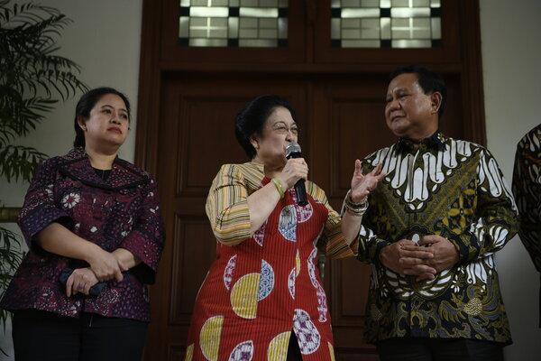 Ketua Umum PDI Perjuangan Megawati Soekarnoputri (tengah) dan Ketua Umum Partai Gerindra Prabowo Subianto (kanan) disaksikan Politikus PDI Perjuangan yang juga Menko PMK Puan Maharani (kiri) menyampaikan keterangan pers usai pertemuan tertutup di Jakarta, Rabu (24/7/2019). - Antara/Puspa Perwitasari