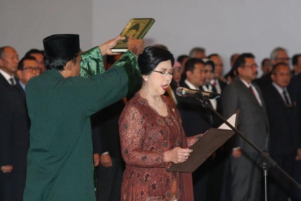 Destry Damayanti saat mengucapkan sumpah dalam pelantikannya sebagai Deputi Gubernur Senior BI di Jakarta, Rabu (7/8/2019). Bisnis - Dedi Gunawan