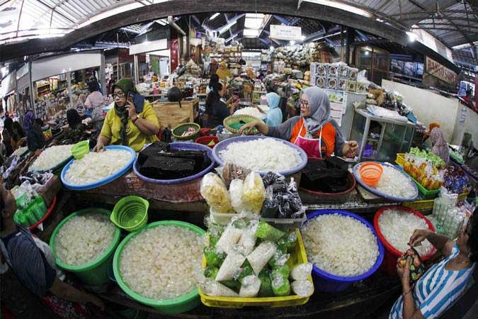 Pedagang melayani pembeli buah kolang kaling di Pasar Gede, Solo, Jawa Tengah, Selasa (7/5/2019). - ANTARA/Maulana Surya