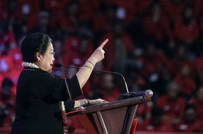 Ketua Umum PDIP Megawati Soekarnoputri saat memberikan amanat kepada peserta Jambore Kader Komunitas Juang, di GOR Satria Purwokerto, Banyumas, Jateng, Minggu (10/2/2019). - ANTARA FOTO/Idhad Zakaria