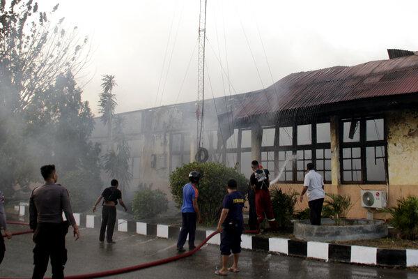 Petugas pemadam kebakaran berusaha memadamkan api yang melahap salah satu ruangan di gedung biro logistik Polda Nusa Tenggara Timur, di Kota Kupang, NTT, Senin (5/8/2019). Belum diketahui penyebab terbakarnya gedung logistik tersebut. - Antara/Kornelis Kaha