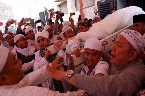 Jenazah KH. Maimoen Zubair (Mbah Moen) saat dibawa dari RS Al Noor, Mekkah, Selasa pagi (6/8/2019) sekitar pukul 7.18 waktu setempat menuju tempat pemandian jenazah untuk kemudian disemayamkan di Kantor Urusan Haji Daker Syisyah, Mekkah. - Antara
