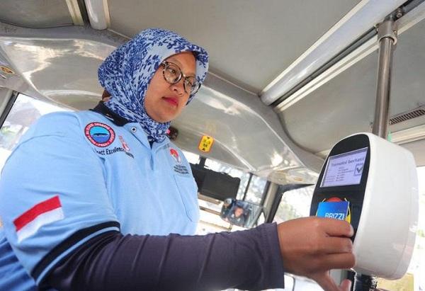 Penumpang men-tap kartu Brizzi untuk membayar tarif bus TMB - Bisnis/Dea Andriyawan