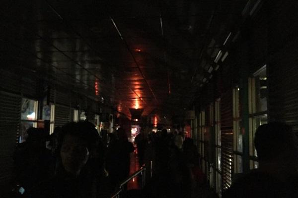 Suasana di Halte TransJakarta Harmoni saat pemadaman listrik di Jakarta, Minggu (4/8/2019). - Antara