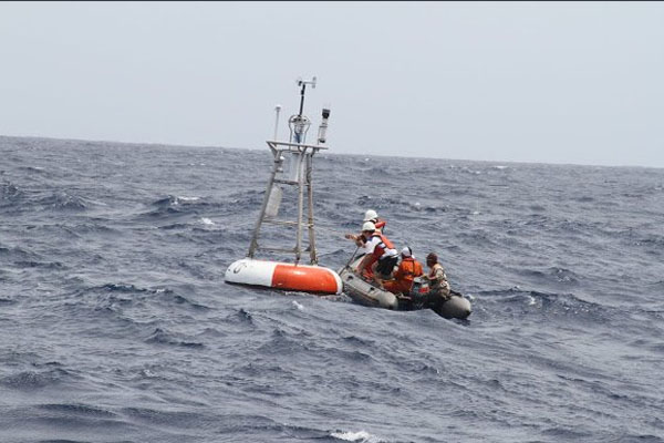 Pemasangan alat pendeteksi tsunami BUOY di sekitar perairan Gunung Anak Krakatau. Foto: bppt_ri