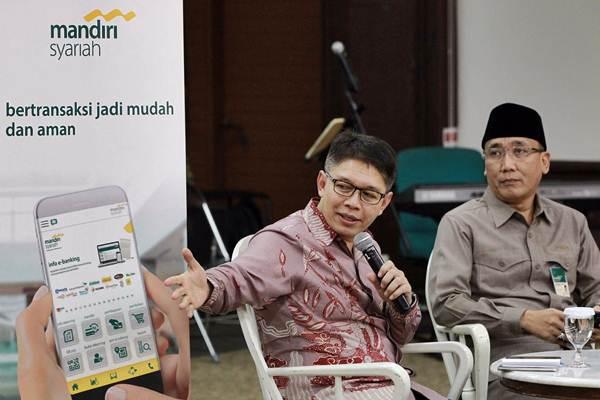 Direktur Utama PT Bank Syariah Mandiri Toni EB Subari (kiri), memberikan sambutan didampingi Dewan Pengawas Syariah Mohamad Hidayat, di sela-sela peluncuran mobile banking Mandiri Syariah Mobile di Jakarta, Rabu (30/5/2018). - JIBI/Dwi Prasetya