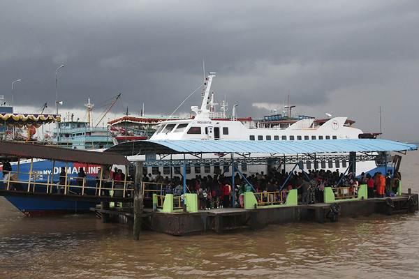 Penumpang ferry domestik dari Pulau Batam dan pulau lainnya tiba di dermaga ponton Pelabuhan Pelindo I Dumai, Riau, Kamis (27/12/2018). - ANTARA/Aswaddy Hamid