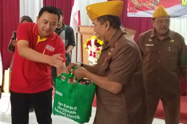 Branch Manager Alfamart Malang, Hadi Susianto (dua dari kiri) menyerahkan bantuan paket sembako kepada anggota Legiun Veteran Republik Indonesia (LVRI) Kota Malang, Kamis  8 Agustus 2019. - Bisnis/Choirul Anam