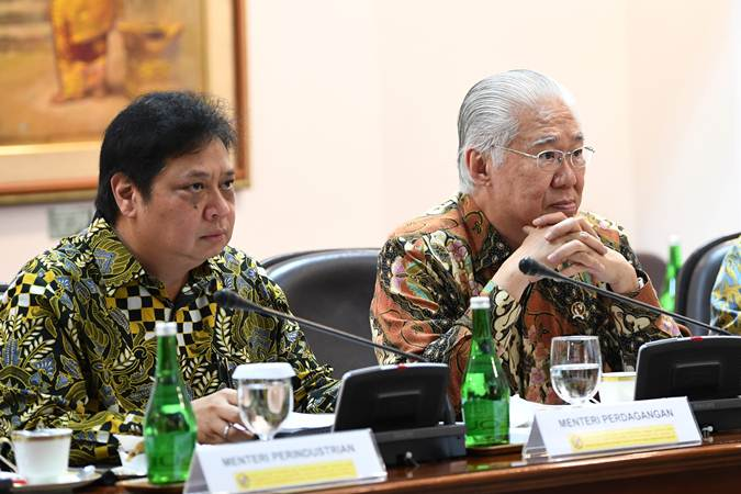 Menteri Perindustrian Airlangga Hartarto (kiri) dan Menteri Perdagangan Enggartiasto Lukita mengikuti rapat terbatas persiapan KTT Asean dan KTT G20 di Kantor Presiden, Jakarta, Rabu (19/6/2019). - ANTARA/Wahyu Putro A