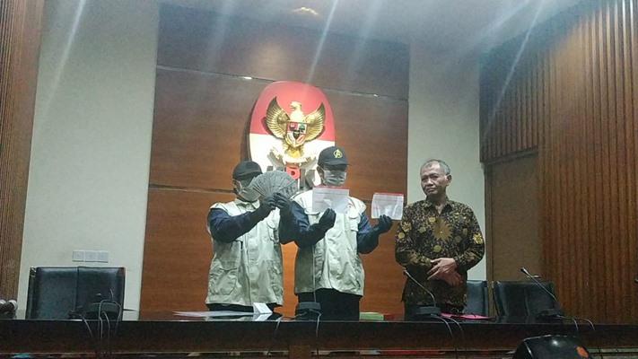 Petugas KPK memperlihatkan barang bukti terkait kasus dugaan suap pengurusan izin impor bawang putih - Bisnis/Ilham Budhiman