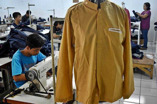 Buruh memproduksi baju muslim di pabrik garmen Jaya Manunggal, Karangjati, Kabupaten Semarang, Jawa Tengah. - Antara/Aditya Pradana Putra