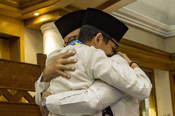 Gubernur DKI Jakarta Anies Baswedan (kanan) berpelukan dengan Sandiaga Uno (kiri) usai pengunduran diri Sandiaga sebagai Wagub DKI Jakarta di Balai Kota, Jakarta, Jumat (10/8/2018). - ANTARA/Galih Pradipta