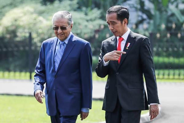 Presiden Joko Widodo (kanan) berbincang dengan Perdana Menteri Malaysia Mahathir Mohammad. - Reuters