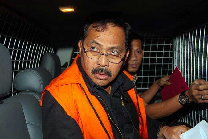 Gubernur Kepulauan Riau Nurdin Basirun berada dalam mobil tahanan usai menjalani pemeriksaan di Gedung KPK, Jakarta, Jumat (12/7/2019). - ANTARA/Reno Esnir