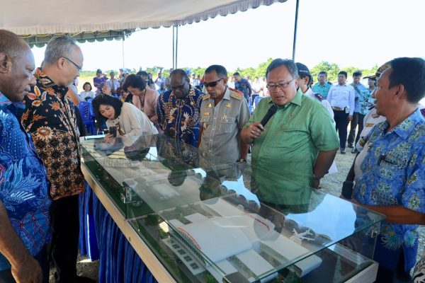 Menteri PPN/Kepala Bappenas Bambang P.S. Brodjonegoro meninjau bakal Bandara Nabire Baru di Papua. Foto - Humas Bappenas