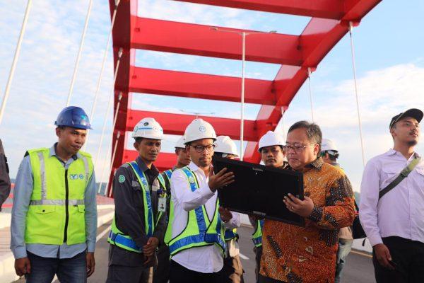 Menteri PPN/Kepala Bappenas Bambang P.S. Brodjonegoro meninjau Jembatan Holtekamp di Jayapura, Papua. Foto - Humas Bappenas