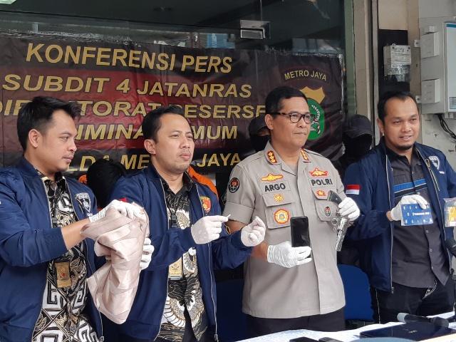 Polda Metro Jaya menunjukkan barang bukti senjata api yang digunakan pelaku terkait kejahatan pembobolan tabungan bank masyarakat.