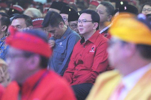 Mantan Gubernur DKI Jakarta yang juga kader PDI Perjuangan (PDIP) Basuki Tjahaja Purnama (kedua kanan) mengikuti pembukaan Kongres V PDIP di Sanur, Bali, Kamis (8/8/2019). - ANTARA FOTO/Nyoman Budhiana