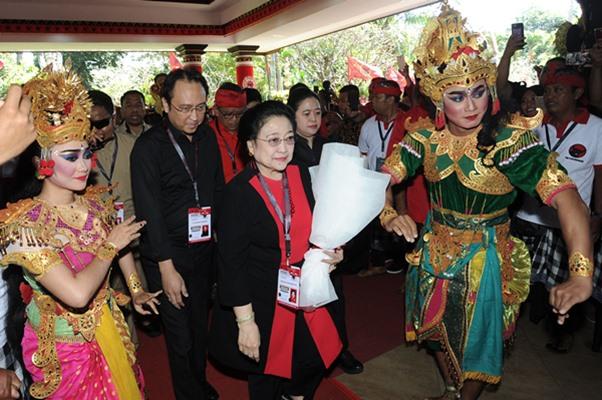 Ketua Umum PDI Perjuangan Megawati Soekarnoputri (tengah) didampingi Politikus PDI Perjuangan Puan Maharani (kedua kanan) dan Politikus PDI Perjuangan Prananda Prabowo (kedua kiri) berjalan memasuki ruangan Pembukaan Kongres V PDI Perjuangan di Sanur, Denpasar, Bali, Kamis (8/8/2019). - ANTARA FOTO/Fikri Yusuf