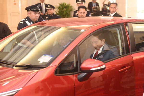 PM Malaysia Mahathir Mohamad mengajak Presiden Joko Widodo menjajal mobil Proton saat kunjungan ke Malaysia. - Seskab