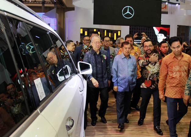 Wakil Presiden Jusuf Kalla (tengah) melakukan peninjauan pameran mobil usai membuka Gaikindo Indonesia International Auto Show (GIIAS) ke-27 tahun 2019 di ICE BSD, Tangerang, Banten, Kamis (18/9/2019). - ANTARA/Muhammad Iqbal