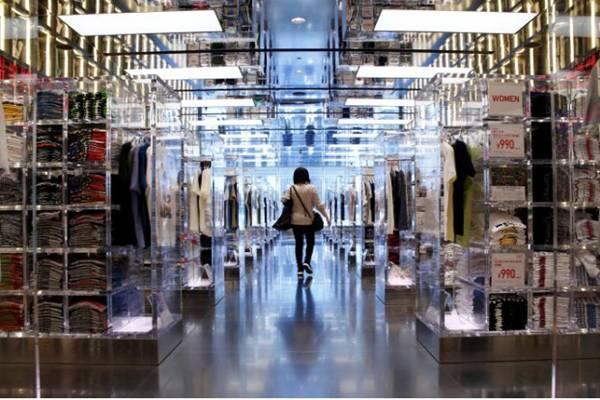Seorang wanita di toko Uniqlo Fast Retailing di Tokyo, Jepang - Reuters/Kim Kyung/Hoon