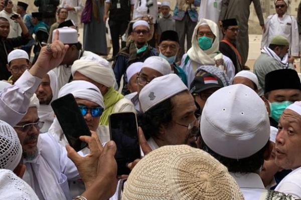 Imam Besar FPI Habib Rizieq berada di tengah kerumunan saat pemakaman KH Maimun Zubair di Ma'la Makkah Arab Saudi - Bisnis/Hery Trianto