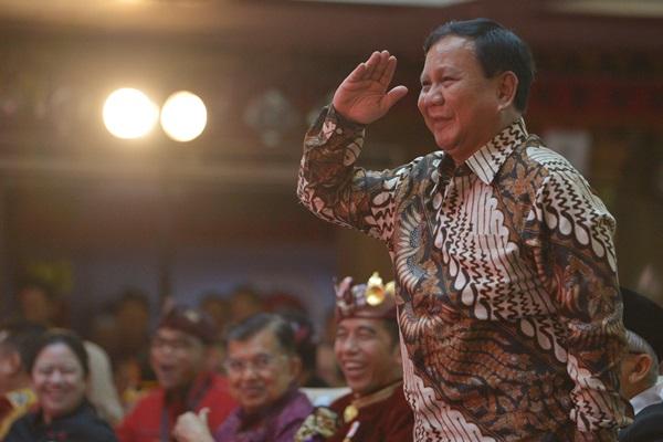 Ketua Umum Partai Gerindra Prabowo Subianto memberi hormat kepada Ketua Umum DPP PDIP Megawati Soekarnoputri saat hadir pada pembukaan Kongres V PDIP di Sanur, Bali, Kamis (8/8/2019). - ANTARA FOTO/Nyoman Budhiana