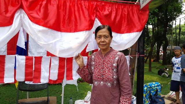 Saripah, salah seorang penjual atribut bendera merah putih menjelang 17 Agustus. Foto: Rayful Mudassir
