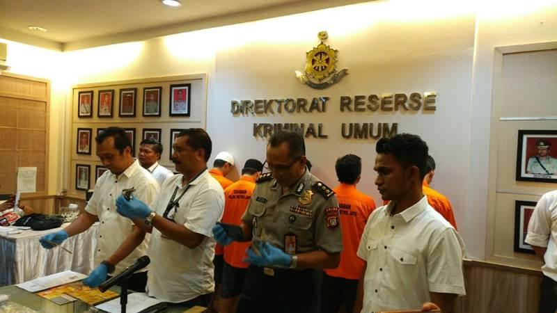 Petugas memperlihatkan barang bukti pembobolan kartu kredit. - Bisnis.com/Sholahuddin Al Ayyubi